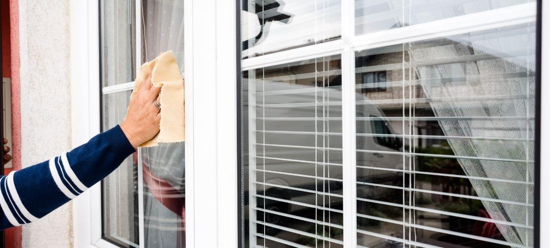Nettoyer une fenêtre en PVC jauni