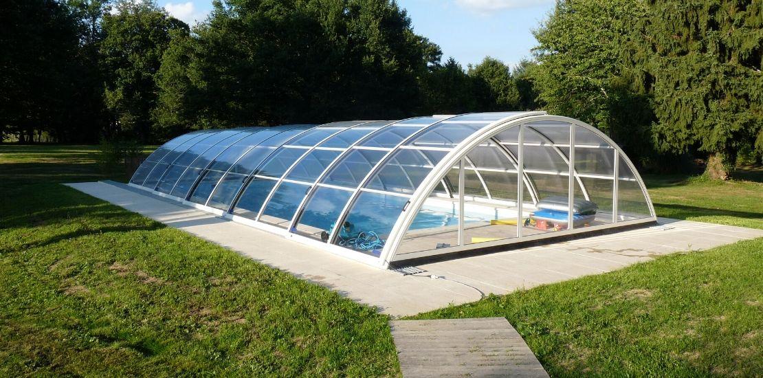 Protéger sa piscine : combien coûte un abri ?