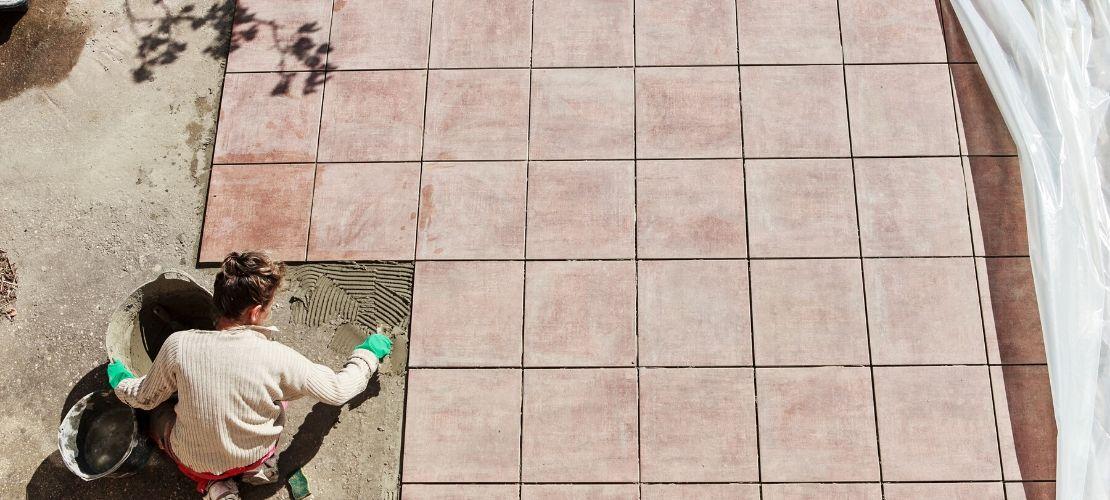 Refaire le carrelage de sa terrasse : matériaux, prix et installation